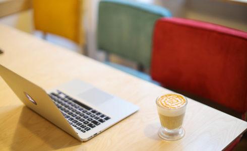 Cover Anticafé Cliente Travaillant depuis un espace de coworking café